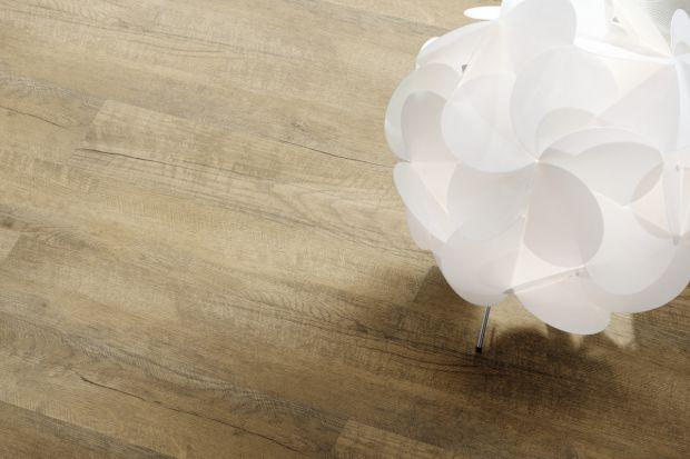 Wybór idealnego materiału na podłogę to nie lada dylemat. Drewniane deski, choć eleganckie, wykazują niską odporność na wilgoć i wymagają częstej renowacji, a ich montaż zajmuje wiele czasu. Z kolei płytki ceramiczne czy naturalny kamień s�