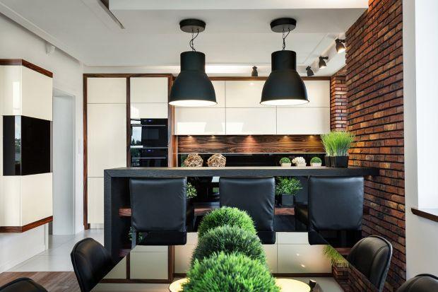 Od pewnego czasu prawdziwym aranżacyjnym hitem jest ściana z cegły. Niektórzy decydują się na wybór cegły w salonie czy przedpokoju, tymczasem może ona świetnie sprawdzić się, również w kuchni! Niestety, dobrej jakości prawdziwa cegła kosz