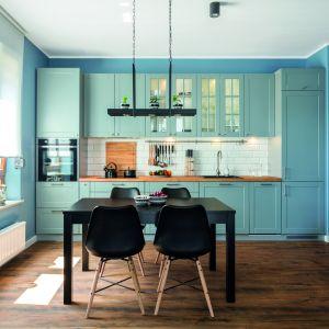 Taka ozdoba przykuwa uwagę i korzystnie wpływa na wystrój i stylistykę całego pomieszczenia nadając kuchni oryginalności i dobrego smaku. Fot. Studio Zoya, Max Kuchnie