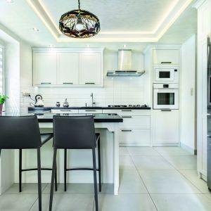 Aranżacja kuchennej ściany to prawdziwe wyzwanie. Alternatyw wykończenia mamy naprawdę sporo – od czystej ściany, przez fototapetę aż po.. płytki cegłopodobne. Ta oryginalna ozdoba może nadać Twojej kuchni nowy charakter. Fot. Studio Amir, Max Kuchnie