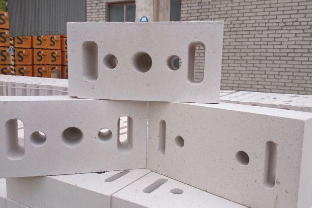 Fundamentowe, konstrukcyjne wewnętrzne i zewnętrzne oraz działowe – w ramach jednej inwestycji budowlanej zawsze zachodzi potrzeba wznoszenia różnego rodzaju ścian. Chociaż poszczególne rodzaje przegród charakteryzują się różnymi zadaniami,
