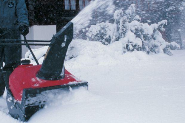 Pierwszy śnieg w tym sezonie za nami. Był to opad niewielki, ale zdołał przykryć ziemię cienką warstwą i, w niektórych regionach kraju, zmusił mieszkańców do odśnieżania otoczenia domów. W ten sposób zima, choć odzwyczaiła nas od swojej