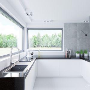 Jak przystało na nowoczesną kuchnię nie brakuje w niej dużych okien i blatów, na których w przyjaznych warunkach można przygotowywać codzienne posiłki. Fot. HomeKONCEPT