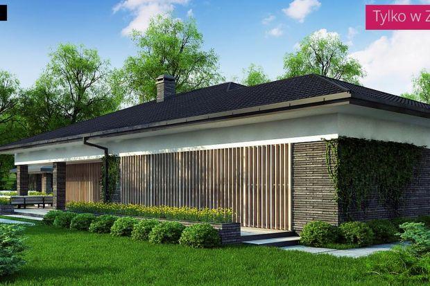 Z400 to współczesny dom parterowy z dwustanowiskowym garażem, którego struktura więźby dachowej nawiązuje do typowej polskiej zabudowy w postaci dachu wielospadowego, zaś duże przeszklenia świadczą o jego nowoczesności.Kolorystykę elewacji