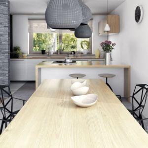 Akcentem dodającym wyrazistości w jadalni są interesujące elementy wyposażenia – nowoczesne krzesła, czarne i białe lampy. Fot. Dobre Domy