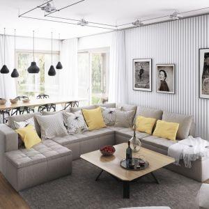 """Tapeta w czarno-białe paski, interesująco gra przestrzenią wnętrza i dodaje dynamiki. Umieszczone na jej tle stare fotografie sprawiają, że dom zyskuje swoją """"duszę"""" i indywidualny charakter. Fot. Dobre Domy"""