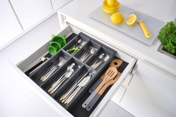 Odpowiednio zaplanowane rozmieszczenie sztućców czy drobnych przyborów do gotowania zapewnia utrzymanie ładu i sprawia, że wszystko mamy zawsze pod ręką. Warto więc zorganizować szufladę w przemyślany sposób, korzystając z rozwiązań, które
