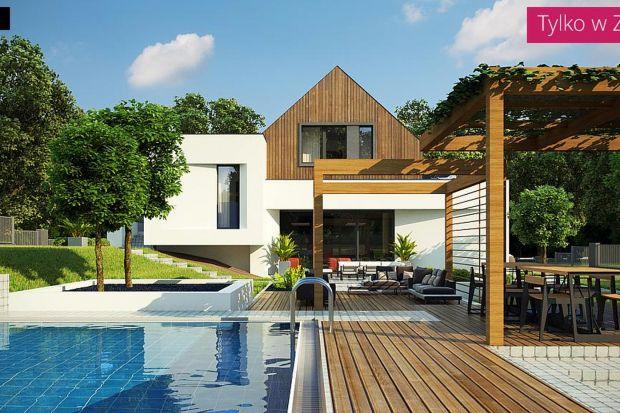 Zx145 jest propozycją domu, z półpiętrami i poddaszem użytkowym, tradycyjnym dachem dwuspadowym i garażem na półtora stanowiska. Powierzchnia użytkowa wynosi ok. 140 mkw, a dodatkową zaletę stanowi fakt, iż może on zostać wybudowany na skarp