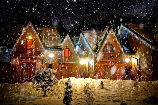 Święta to czas, kiedy możemy pozwolić sobie na odrobinę przesady w kwestii dekoracji domu. Dlatego też kolorowe, błyszczące ozdoby bardzo często montowane są nie tylko wewnątrz, ale i na zewnątrz, a w szczególności na dachu. Jak szybko i bez