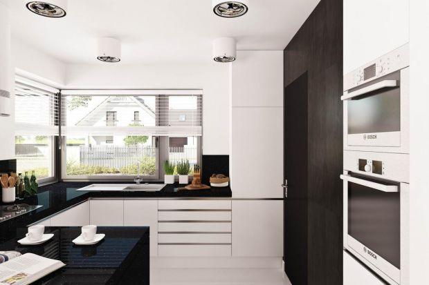 Dobrym pomysłem przy projektowaniu niewielkich domów jest stworzenie otwartej strefy dziennej. Tak właśnie urządzono nowoczesny dom Hary I. Na strefę dzienną składają się połączone wnętrza salonu, jadalni i kuchni.