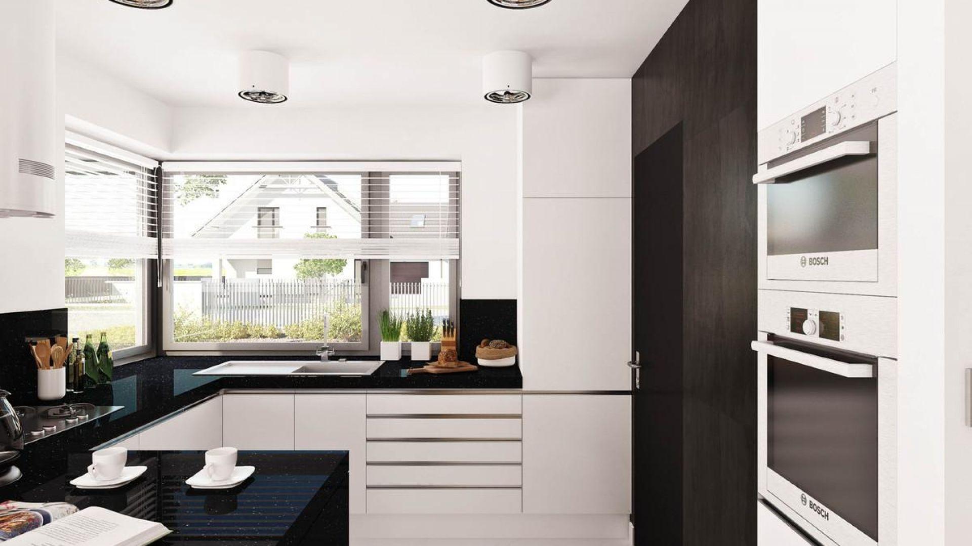 Kuchnię w domu Hary I urządzono bardzo nowocześnie. Kontrast między czernią i bielą tworzy bardzo elegancki charakter. Fot. Prestige