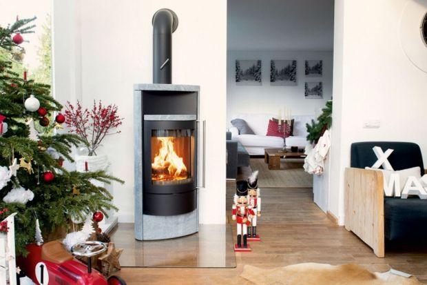 Rozpalony kominek to idealne dopełnienie mroźnych zimowych wieczorów spędzanych z książką i kubkiem herbaty. Jednak nigdy nie prezentuje się tak wspaniale, jak podczas świątecznych spotkań w rodzinnym gronie. Żar nie tylko rozgrzeje cały dom,