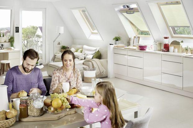 Modelem tradycyjnym i najczęściej spotykanym na rynku są okna dachowe otwierane obrotowo. Posiadają one oś obrotu w ½ wysokości, a klamka montowana jest zwykle w dolnej lub górnej części skrzydła. W konstrukcji takiego okna zastosowane są rów