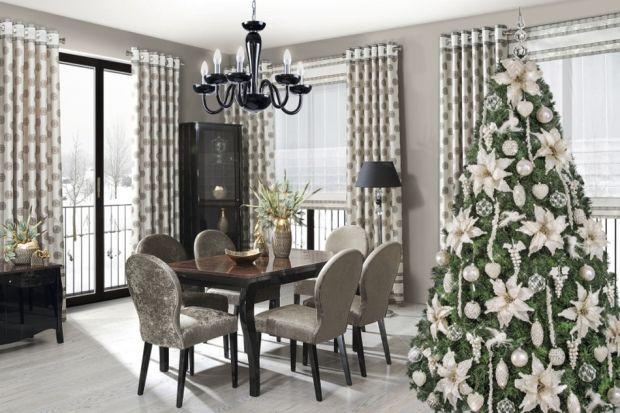 Świąteczne drzewko to jeden z najważniejszych symboli Bożego Narodzenia, a zarazem zwieńczenie wszystkich dekoracji, które tworzą w domu wyjątkowy nastrój. Chcąc w tym roku odmienić tradycyjny wygląd choinki, możemy zastosować się do kilku