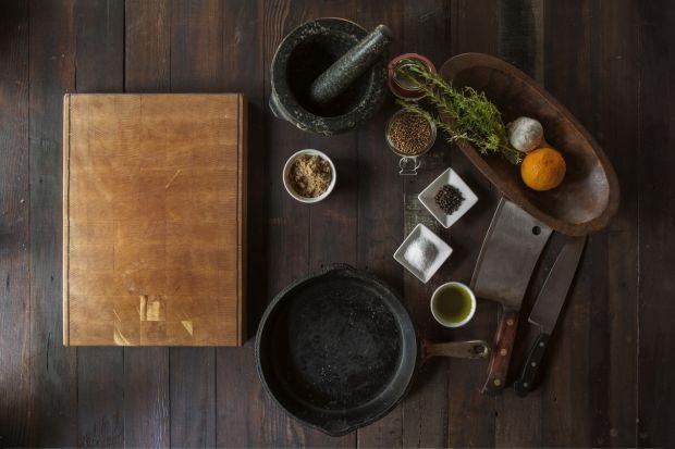 Domowa kuchnia to miejsce szczególne, nazywane sercem domu. To tu często gromadzą się domownicy, tu rozmawiają, gotują i spożywają szybkie posiłki. A to oznacza również, że właśnie kuchnia jest najintensywniej eksploatowanym pomieszczeniem w