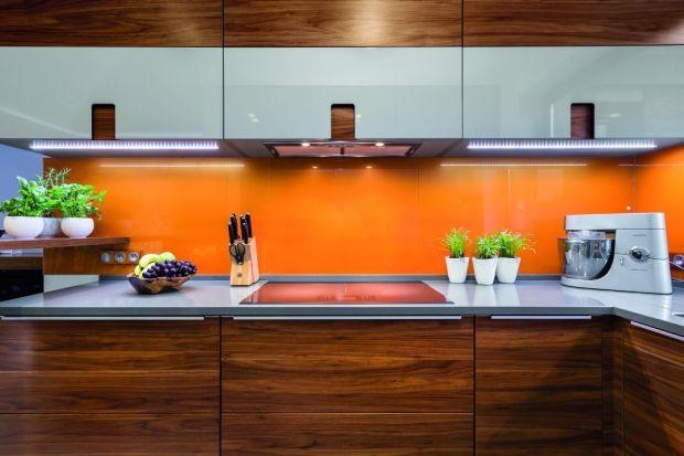 Urządzając kuchnię stoimy przed wieloma ważnymi decyzjami. Oprócz wyboru mebli i sprzętu AGD należy odpowiednio zaaranżować ścianę nad blatem kuchennym. Jest to dość problematyczne miejsce, ponieważ nieustannie narażone jest na działanie p
