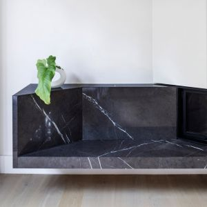 Klient zapragnął wnętrz otwartych i bardziej nowoczesnych. Dlatego też na parterze całkowicie usunięto ściany, łączące salon, kuchnię i jadalnię. Fot. Adrià Goula Sardà