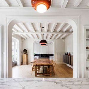 Dodatkowo architekci poprawili funkcjonalność pomieszczenia wejściowego czyli dużego przedsionka tworząc z niego garderobę z zabudową z mebli, która ma za zadanie pomieścić ubrania. Obok oddzielona została mała łazienka. Fot.  Adrià Goula Sardà