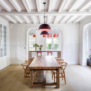 Przy takim układzie pomieszczeń, nie zapomniano też o pięknym ogrodzie, który jest łatwo dostępny i widoczny z najniższej kondygnacji. Fot. Adrià Goula Sardà