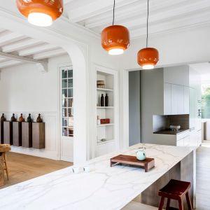 Klient zapragnął wnętrz otwartych i bardziej nowoczesnych. Dlatego też na parterze całkowicie usunięto ściany, łączące salon, kuchnię i jadalnię. Widzimy tu też kreatywne wyskorzysranie różnych wnęk. A cały plan otwarty jest też na zewnętrzny ogród. Fot. Adrià Goula Sardà