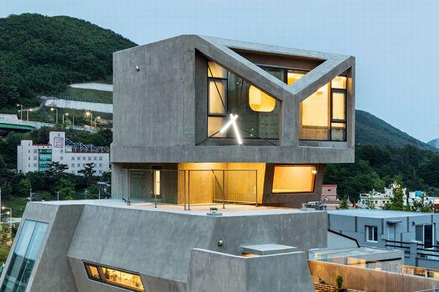 W portowym mieście Busan, w Korei Południowej można podziwiać ten kosmiczny, betonowy dom w kształcie… sowy. Surowy, groźny i niedostępny wygląd tej 4-kondygnacyjnej rezydencji jest celowy. Koncepcja tego domu pierwotnie zakładała, że będzie