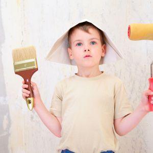 We wnętrzu nieodnowionego domu najczęściej będziemy mieć do czynienia ze starą tapetą, łuszczącymi się farbami, niemodnymi lamperiami oraz zmatowiałymi, spękanymi kaflami. Fot. Shutterstock