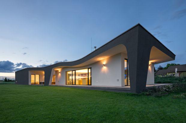 Właściciel zapragnął domu nietuzinkowego, w opozycji do rezydencji o tradycyjnym dwuspadowym dachu. Architekci z czeskiego studia ATX Architekti postanowili wyjść poza konwencjonalne stereotypy i stworzyć rezydencję, która nie tylko wyróżni si�