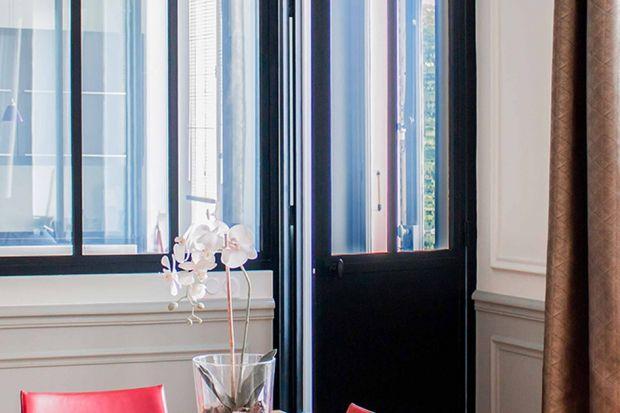 Szkło – niby rzecz prosta, a potrafi dokonać w domu niejednej rewolucji. Szklane rozwiązania sprawdzają się zarówno we wnętrzach przytulnych, zaaranżowanych w stylu eko, jak i modernistycznych, chłodnych – wszędzie tam, gdzie lokatorzy poszu