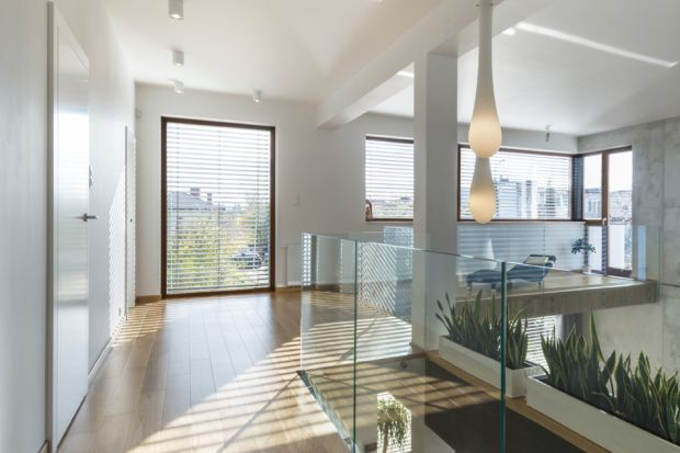 Od tego roku zaczęły obowiązywać nowe warunki techniczne, jakim powinny odpowiadać budynki. Zaostrzone wymagania mają ma celu poprawę energooszczędności obiektów. Wyroby używane do budowy nowych domów, m.in. okna i drzwi, muszą mieć lepsze p