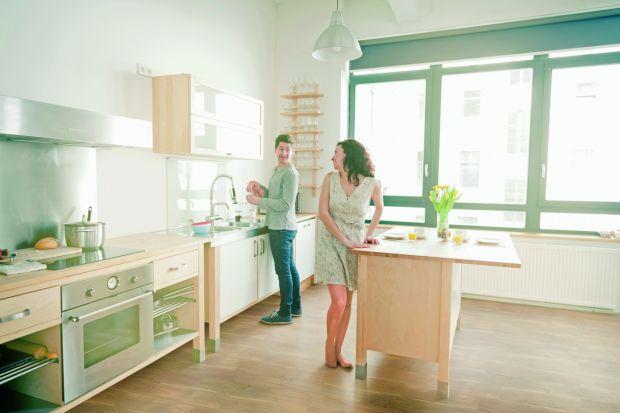 Urządzanie domu dla rodziny to duże wyzwanie i odpowiedzialność. Spory metraż, kilku domowników, często obecność pupili… Dodatkowo zróżnicowane gusta i potrzeby każdego z lokatorów nie ułatwiają wyboru mebli, koloru ścian czy nawet rodza