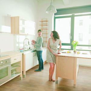 Aranżując rodzinny dom należy mieć na uwadze zróżnicowane upodobania estetyczne i potrzeby każdego lokatora, dlatego po części urządzanie takiej przestrzeni to sztuka kompromisu. Na szczęście bogactwo dostępnych wzorów i odcieni materiałów wykończeniowych sprawia, że porozumienie osiągnąć jest o wiele łatwiej. Fot. DLH