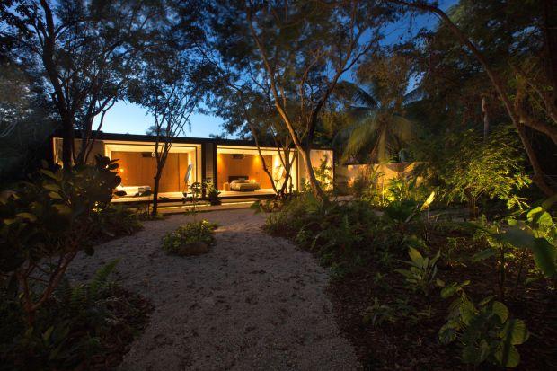 Odkryj parterowy dom otwarty na egzotyczną dżunglę