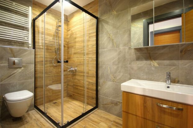 Ciekawy sposób na optyczne powiększenie łazienki