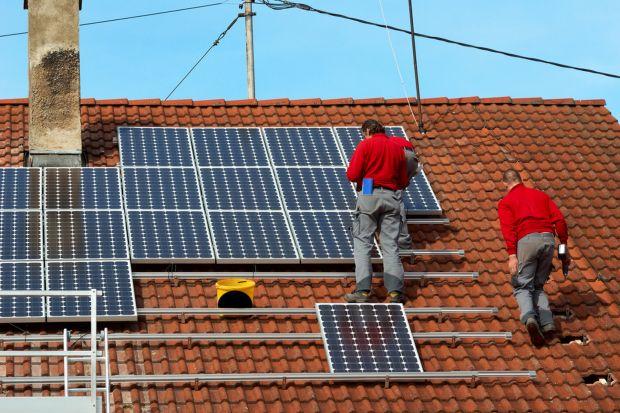 Energia, którą słońce dostarcza ziemi w ciągu 1 dnia, wystarczyłaby na pokrycie zapotrzebowania energetycznego ludzkości przez 180 lat. Część tej energii można z łatwością wykorzystać w domu – wystarczy zainstalować ogniwa fotowoltaiczne