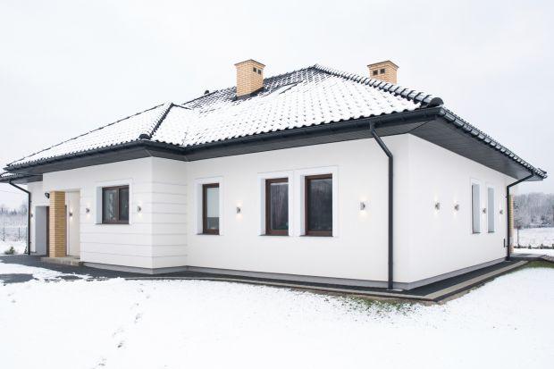 Ostatnio arktyczne zimy omijały Polskę, jednak pogoda w trakcie tej pory roku wciąż bywa dokuczliwa. W przypadku prac elewacyjnych, często stosowanym rozwiązaniem jest dokończenie inwestycji wiosną, przy bardziej korzystnej aurze. Jeśli temperatu