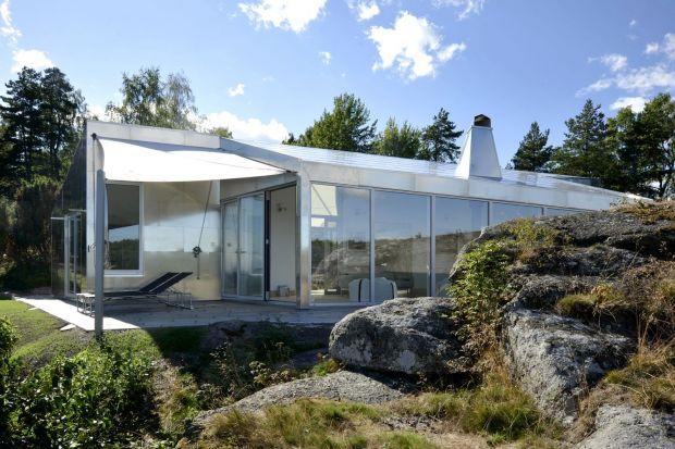 W przepięknym krajobrazie regionu Vestfold w Norwegii położony jest nowoczesny dom letniskowy, który pomimo swojej innowacyjnej formy, znakomicie wpisuje się w malowniczy nadmorski archipelag. Aluminum Cabin, jak sama nazwa wskazuje, pokryty jest alu