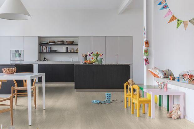 Wodoodporne podłogi laminowane całkowicie zmieniają sposób aranżacji domu. Dzięki nim w łazience czy kuchni nie jesteśmy skazani na zimne płytki ceramiczne lub kamień.
