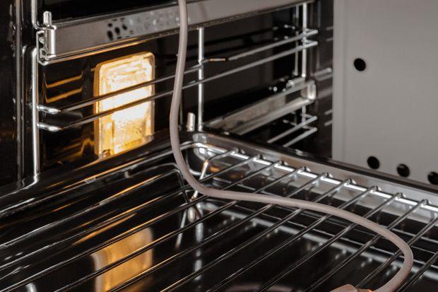 Nowoczesne piekarniki oferują wiele funkcji, które pozwolą zaoszczędzić sporo czasu podczas przygotowywania codziennych posiłków oraz wpłyną na ich walory smakowe. Niektóre z nich dostępne są w podstawowych modelach urządzeń, ale często pro