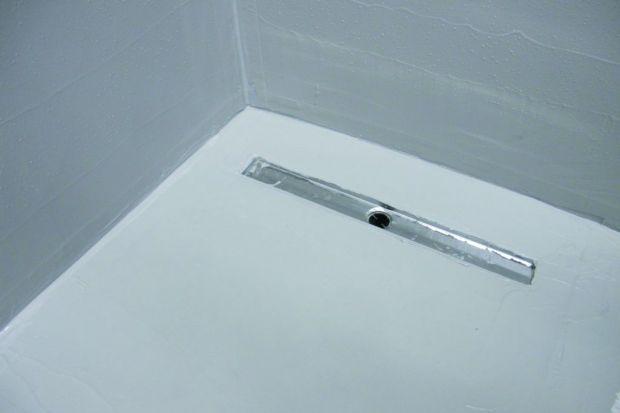 Czy uszczelnienie podłoża wystarczy do zabezpieczenia łazienki i czym są właściwie tak istotne strefy mokre i wilgotne? Jak skompletować zestaw produktów niezbędnych do uszczelnienia pomieszczenia i w jakim przypadku używać mat odcinających? N
