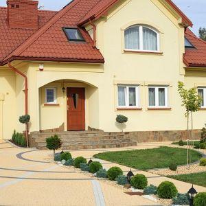 Betonowa kostka brukowa swoją popularność zawdzięcza bogatej ofercie kształtów, wzorów i kolorów, a także dużej wytrzymałości oraz uniwersalności. Dobrana zgodnie z przeznaczeniem, z powodzeniem może stanowić atrakcyjny podjazd i chodnik czy patio. Fot. Polbruk