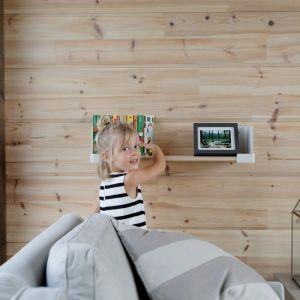 Drewno sosnowe nie kumuluje kurzu na swojej powierzchni i nie powoduje jego unoszenia w powietrzu. Idealną możliwość obcowania z drewnem mamy mieszkając w domu z bali, zwłaszcza że we wnętrzach spędzamy nawet 90% naszego wolnego czasu. Fot. Domy z Finlandii
