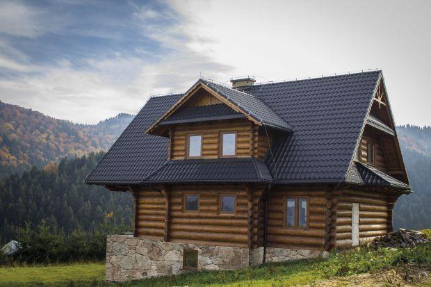 Skutki wiosennych roztopów w przypadku źle zabezpieczonego poszycia dachu, błędnego wykonania konstrukcji dachu czy montażu systemu rynnowego mogą być bardzo niekorzystne dla całego domu. To m.in. zacieki na elewacji, rozwój pleśni i grzybów, z