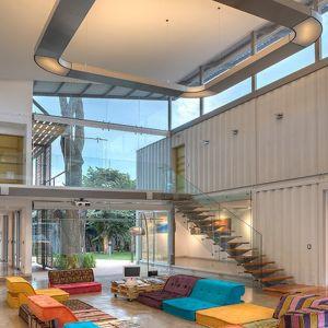 W domu María José Trejos nie brakuje dużych przeszkleń, przez które wpada światło naturalne. Okna pełnią również funkcję wentylacji. Fot. Sergio Pucci