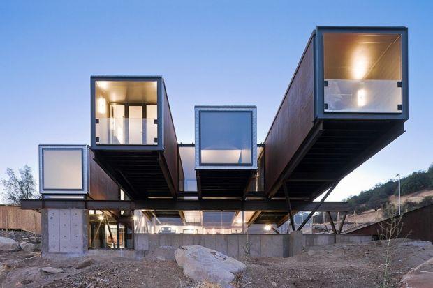 Budowanie domów ze starych przedmiotów, przeznaczonych na złom nie jest nowym pomysłem. Jednak idea takiego budownictwa bardzo się rozwija. Angażują się w nią poważne firmy architektoniczne i efekty są zdumiewające.