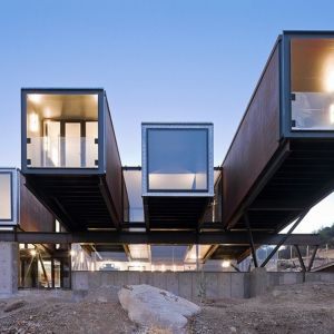 Architekt Sebastian Irarrazaval wybudował ten dom (nazwany Gąsienica) na wzgórzach otaczających Santiago, stolicę Chile. Fot. Sergio Pirrone