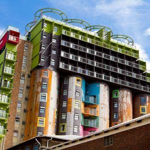 Ten akademik w Johannesburgu powstał z połączenia starych silosów i kontenerów. Mieszka w nim prawie czterystu studentów. Fot. Courtesy of Citiq