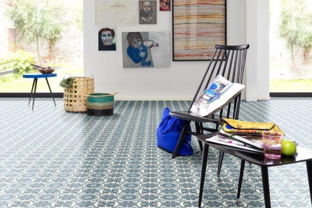 Niewielkie, kwadratowe, najczęściej w żywych odcieniach niebieskiego tworzących efektowne mozaiki – azulejo stanowią charakterystyczny element architektury Półwyspu Iberyjskiego. Wzór ten podbija również nasze domy i mieszkania, pojawiając si