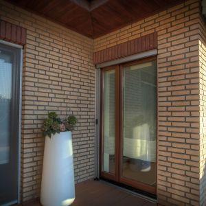 Delikatna konstrukcja moskitier plisowanych nie ogranicza widoczności w świetle okna. Fot: Anwis/Awilux