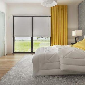 Szklane drzwi w sypialni idealnie pasują do nowoczesnego stylu wnętrz. Fot. Z500