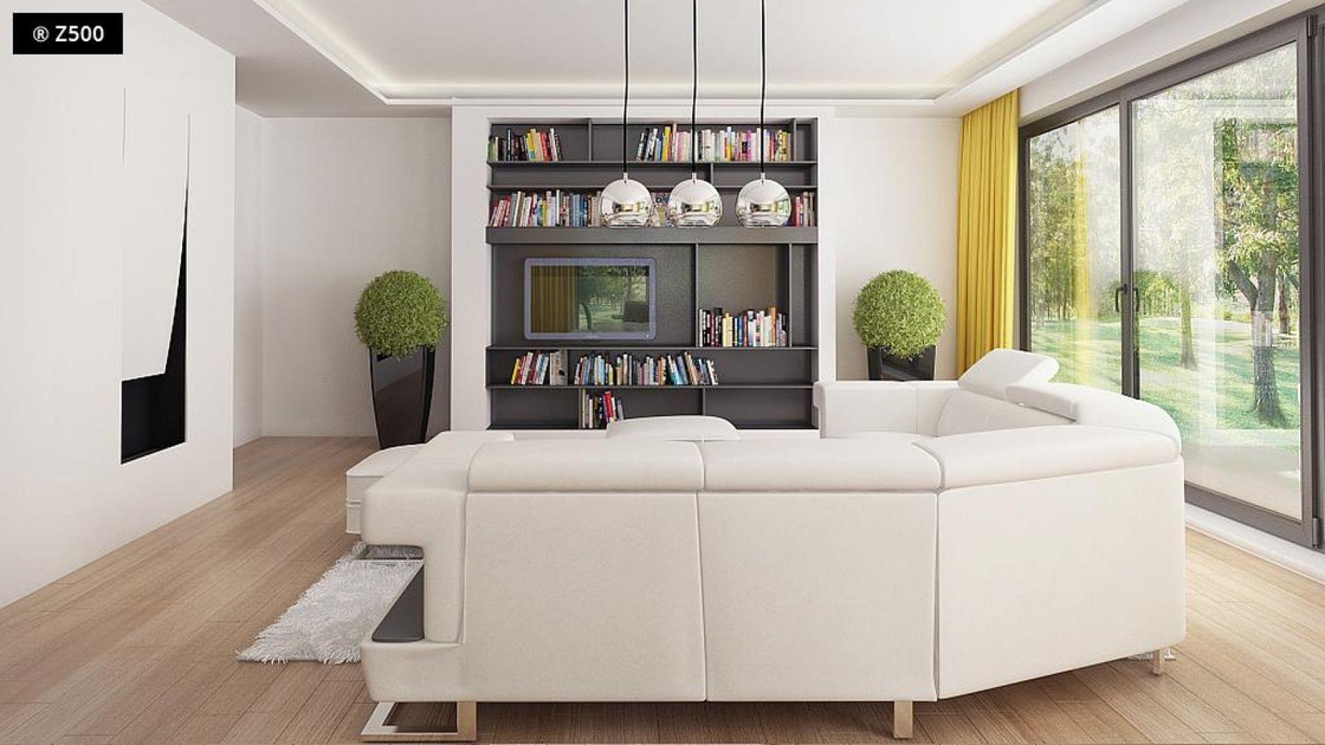 Dzięki temu, że w salonie dominuje biel (ocieplona jasną, drewnianą podłogą) wnętrze wydaje się optycznie większe. Fot. Z500